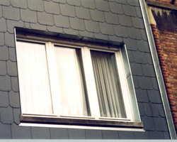 Toiture de maison en ardoise fibre ciment